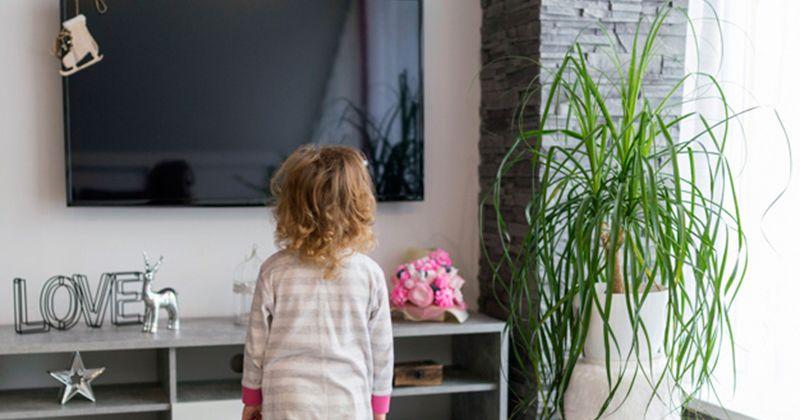 Bahaya membiarkan anak menonton televisi sendirian