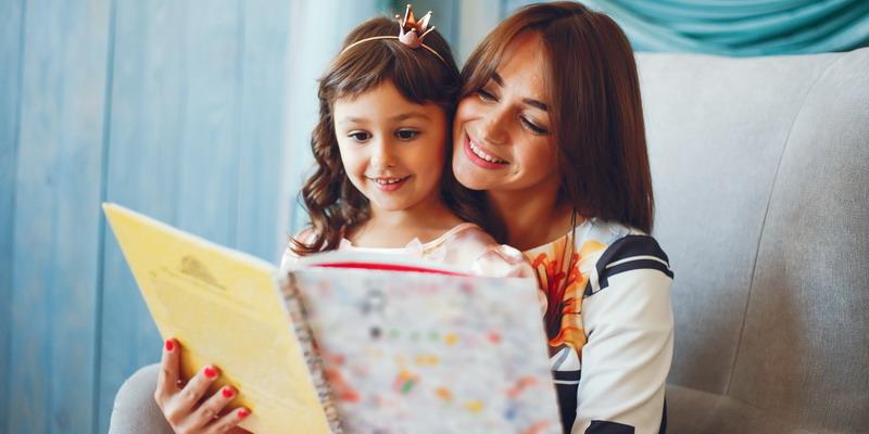 ibu dan anak yang sedang membaca buku cerita
